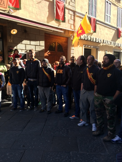 The Travaglio quarter approaching the town square, singing