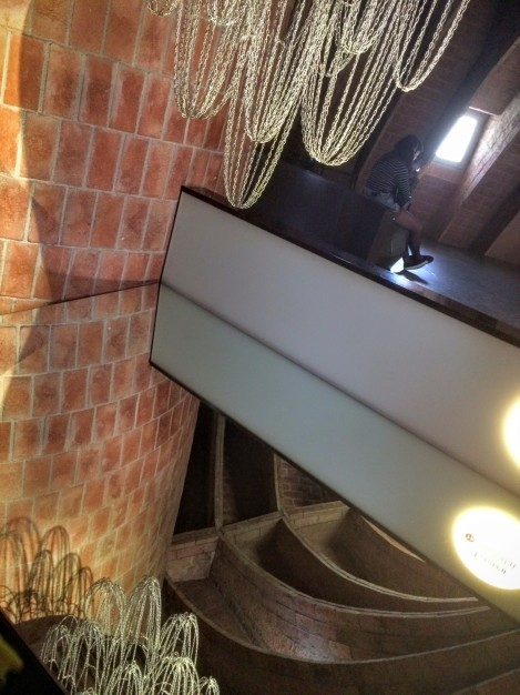 How Gaudí figured out arches - suspended chains  from the ceiling & then looked at them upside down.