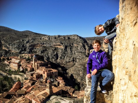 Albarracín: climbing boys